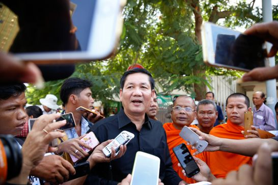Khmer Kampuchea Krom Community President Thach Setha speaks to the press yesterday at Phnom Penh's Wat Chas pagoda. Hong Menea