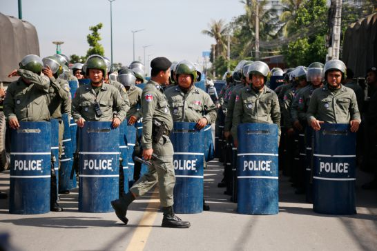 Riot police stand in formation to prevent a Kampuchea Krom rally yesterday outside Phnom Penh's Wat Chas. Hong Menea